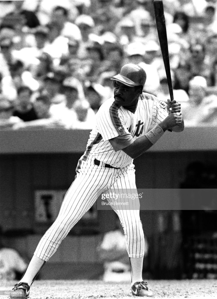 <a gi-track='captionPersonalityLinkClicked' href=/galleries/search?phrase=Eddie+Murray&family=editorial&specificpeople=210573 ng-click='$event.stopPropagation()'>Eddie Murray</a> #33 of the New York Mets waits for the pitch during an MLB game circa 1993 at Shea Stadium in Flushing, New York.