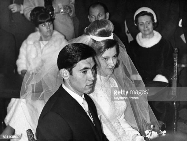 Eddy Merckx et sa jeune épouse Claudie Acou photographiés lors de la cérémonie à la mairie d'Anderlecht Belgique le 6 décembre 1967
