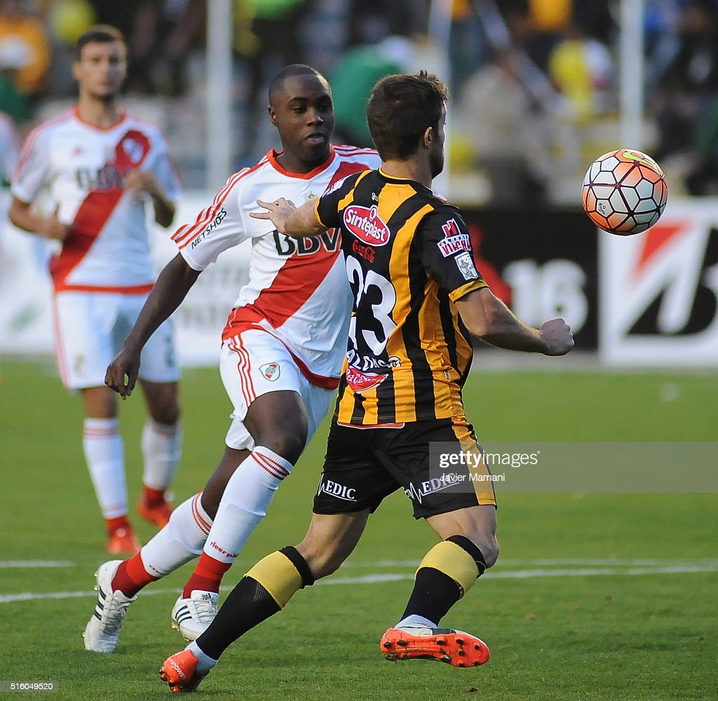 Eder Alvarez Balanta of River Plate and Matias Alonso of The Strongest fight for the ball during a match between The Strongest and River Plate as part of Copa Bridgestone Libertadores 2016 at Hernando Siles Stadium on March 16, 2016 in La Paz, Bolivia.