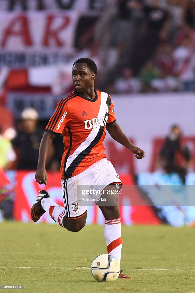 Eder Balanta of River Plate drives the ball during a match between River Plate and Union Santa Fe as part of fourth round of Torneo Primera Division 2015 at Monumental Antonio Vespucio Liberti Stadium on March 08, 2015 in Buenos Aires, Argentina.