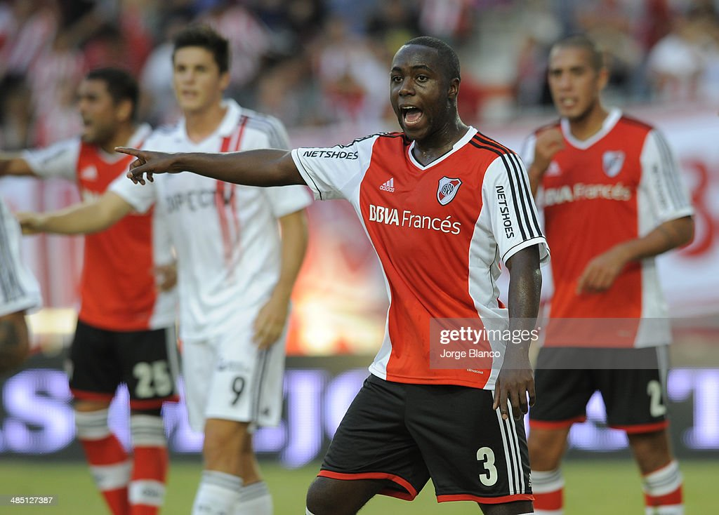 Eder Balanta (C) of River Plate reacts during a match between Estudiantes and River Plate as part of 14th round of Torneo Final 2014 at Ciudad de La Plata Stadium on April 16, 2014 in La Plata, Argentina.