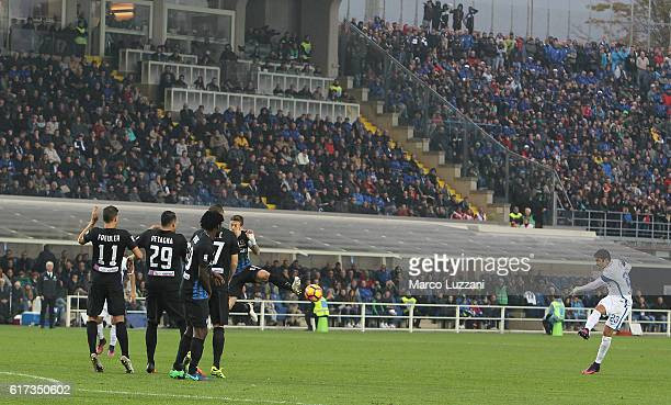 Eder Citadin Martins of FC Internazionale Milano scores his goal during the Serie A match between Atalanta BC and FC Internazionale at Stadio Atleti...