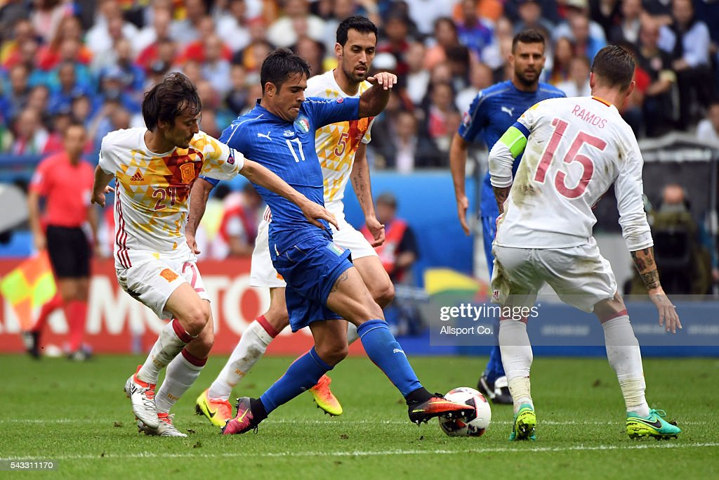 Eder of Italy is challenged by <a gi-track='captionPersonalityLinkClicked' href=/galleries/search?phrase=David+Silva&family=editorial&specificpeople=675795 ng-click='$event.stopPropagation()'>David Silva</a> of Spain during the UEFA EURO 2016 round of 16 match between Italy and Spain at Stade de France on June 27, 2016 in Paris, France.