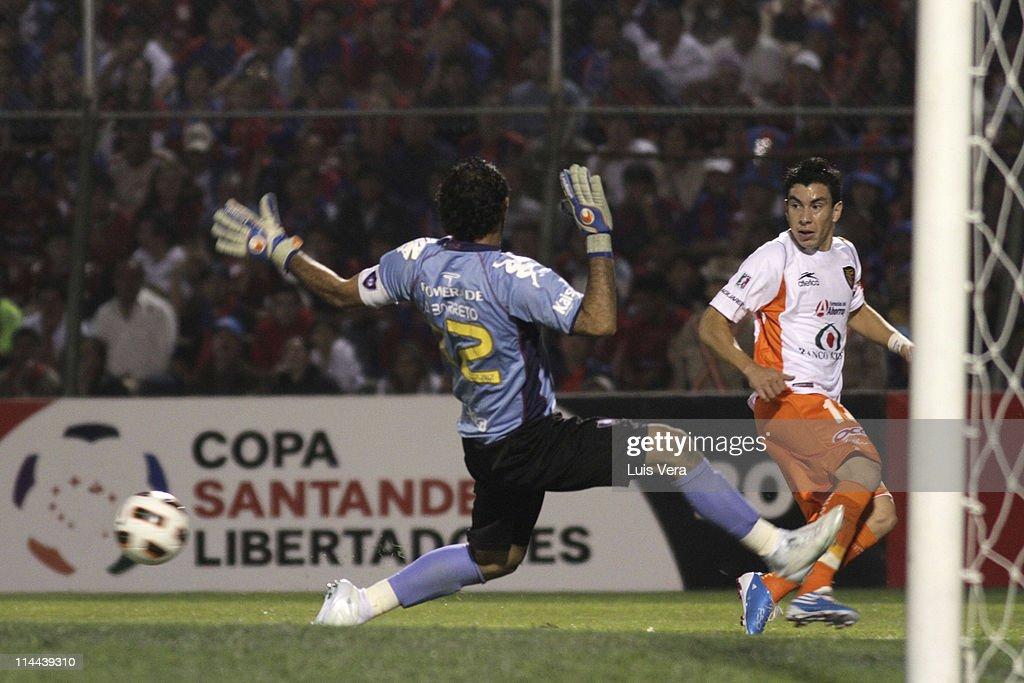 Edgar Barreto of Cerro Porteno struggles for the ball with Jorge Rodriguez of Jaguares de Chiapas during a match in the Santander Libertadores 2011...