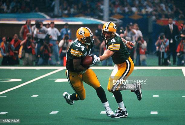 Edgar Bennett of the Green Bay Packers takes the handoff from Brett Favre against the New England Patriots during Super Bowl XXXI January 26 1997 at...