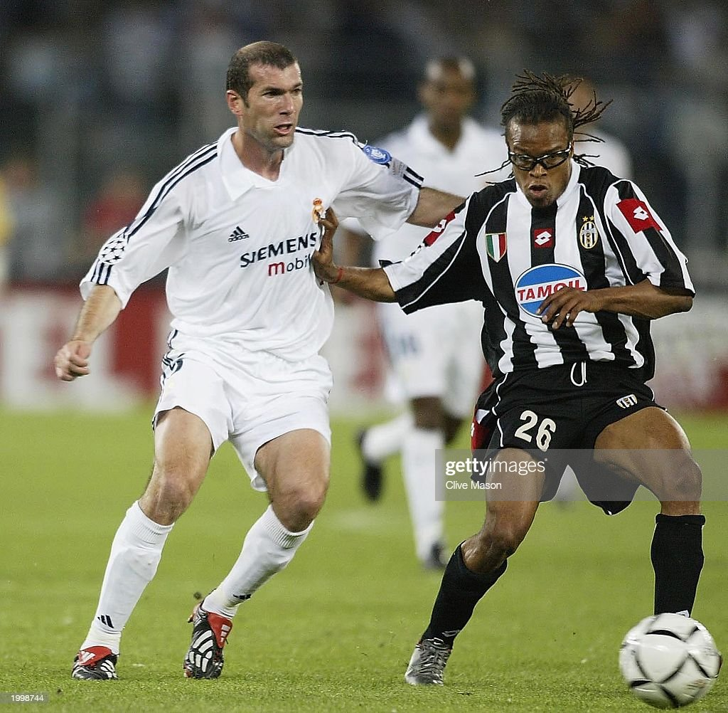 <a gi-track='captionPersonalityLinkClicked' href=/galleries/search?phrase=Edgar+Davids&family=editorial&specificpeople=213130 ng-click='$event.stopPropagation()'>Edgar Davids</a> of Juventus holds off a challenge from Zinedine Zidane of Real Madrid during the UEFA Champions League semi final second leg match between Juventus and Real Madrid on May 14, 2003 at the Stadio Delle Alpi in Turin, Italy.