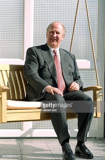 Edgar E Nordmann Hamburger Kaufmann Vorsitzender des Ostasiatischen Vereins und Honorargeneralkonsul von Malaysia sitzt auf einer an Seilen...