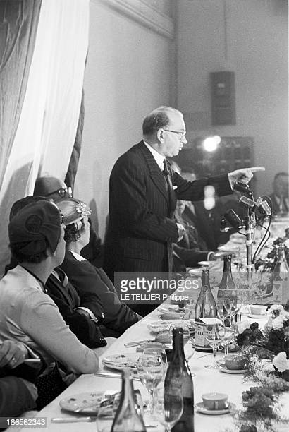 Edgar Faure ParisPériode 19551956 Edgar FAURE Ministre portant une paire de lunettes de vue un bras tendu et index pointé devant une table de...