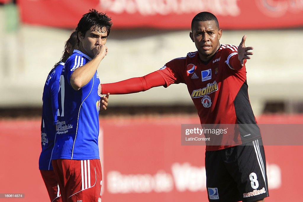 Edgar jimenez (R) of Caracas FC talks with players of Atletico Venezuela during a match between Caracas FC and Atletico Venezuela as part of the Torneo Clausura 2013 at Brigido Iriarte Stadium on February 03, 2013 in Caracas, Venezuela.