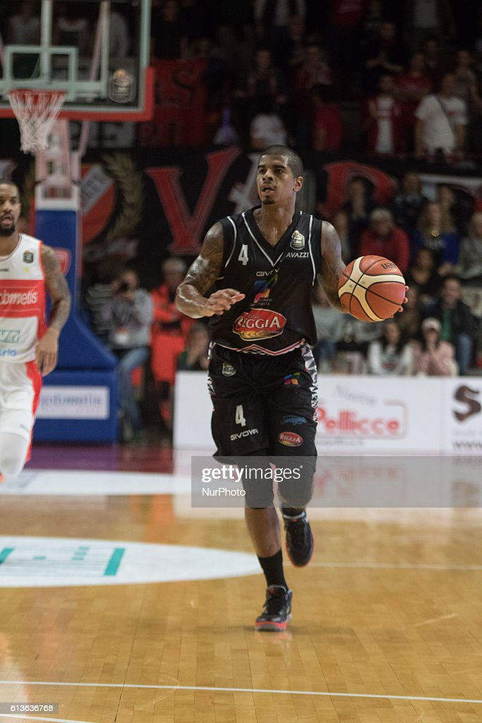 Edgar Sosa of Pasta Reggia Caserta in action during the Italy Lega Basket of Serie A match 24th Day between Openjobmetis Varese and Pasta Reggia Caserta at Palasport Masnago in Varese, Italy on October 9, 2016. Openjobmetis Varese won 93 to 74.