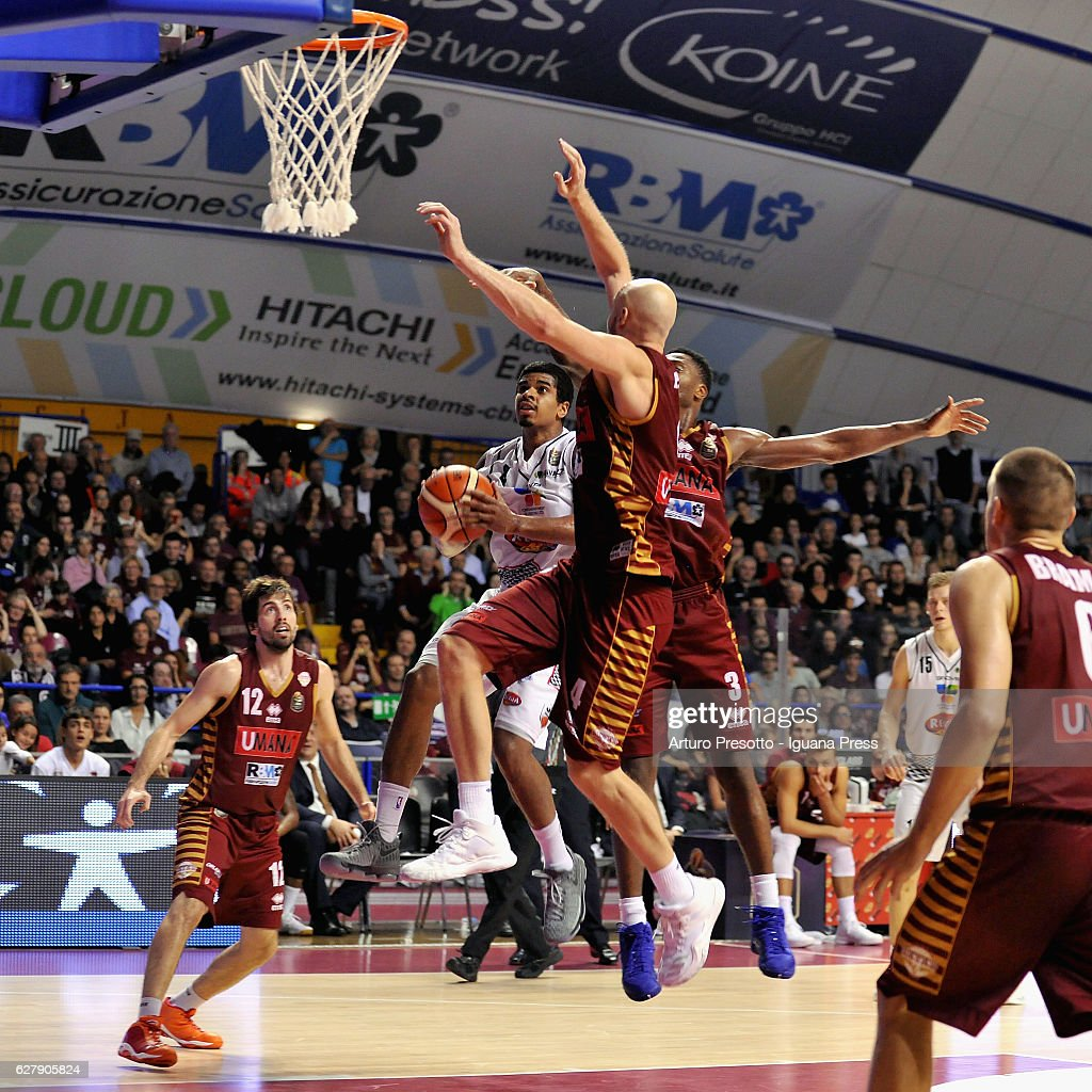 Edgar Sosa of Pasta Reggia competes with Ariel Filloy (L) and HrvojePeric (C) and Melvin Ejim (C) and Michael Bramos (R) of Umana during the LegaBasket Serie A match between Reyer Umana Venezia and Juventus Pasta Reggia Caserta at Palasport Taliercio on November 27, 2016 in Mestre, Italy.