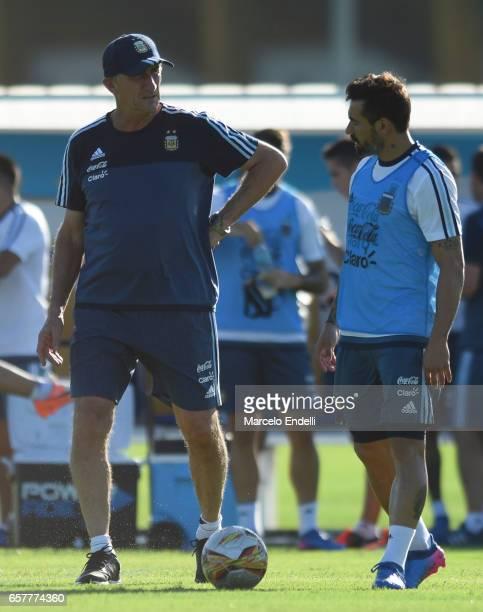 Edgardo Bauza coach of Argentina talks to Ezequiel Lavezzi during a training session at Argentine Football Association 'Julio Humberto Grondona'...