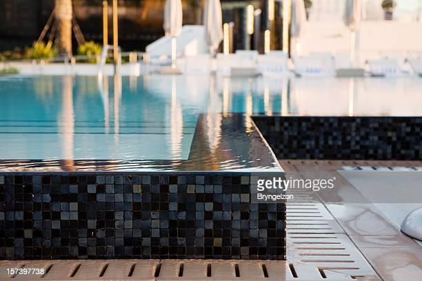 Bord de la piscine à débordement