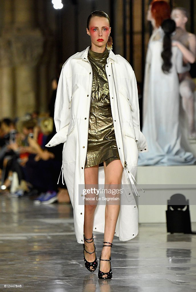 edie-campbell-walks-the-runway-during-the-kenzo-show-as-part-of-the-picture-id612447846