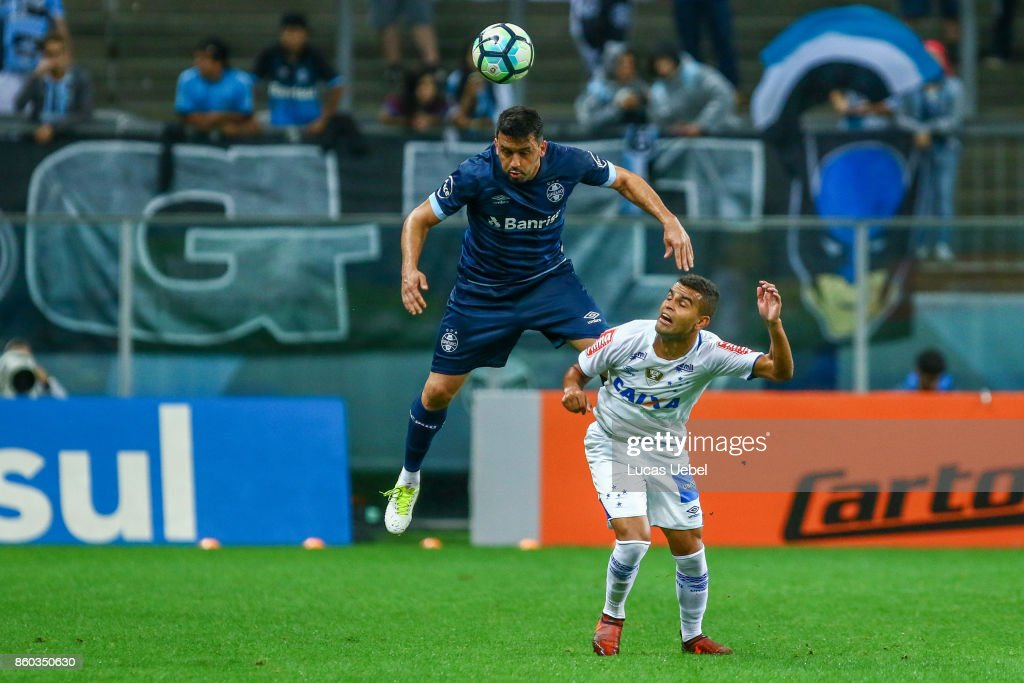 Edilson of Gremio battles for the ball against Alisson of Cruzeiro during the match Gremio v Cruzeiro as part of Brasileirao Series A 2017, at Arena do Gremio on October 11, 2017, in Porto Alegre, Brazil.