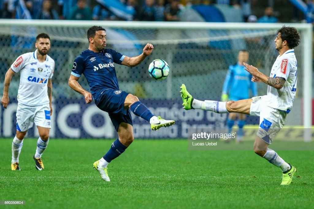 Edilson of Gremio battles for the ball against Hudson of Cruzeiro during the match Gremio v Cruzeiro as part of Brasileirao Series A 2017, at Arena do Gremio on October 11, 2017, in Porto Alegre, Brazil.