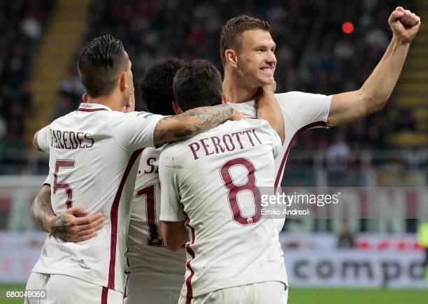 Edin Dzeko of AS Roma celebrates with his teammates after scoring the opening goal during the Serie A match between AC Milan and AS Roma at Stadio...
