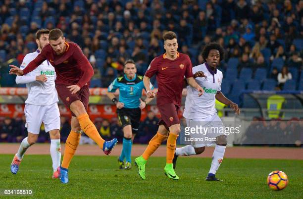Edin Dzeko of AS Roma scores a goal during the Serie A match between AS Roma and ACF Fiorentina at Stadio Olimpico on February 7 2017 in Rome Italy
