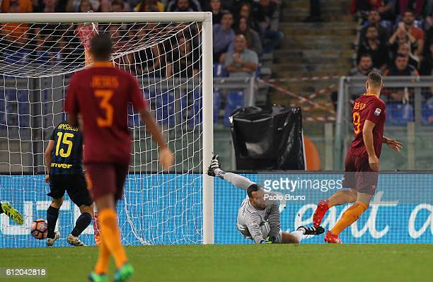 Edin Dzeko of AS Roma scores the opening goal during the Serie A match between AS Roma and FC Internazionale at Stadio Olimpico on October 2 2016 in...