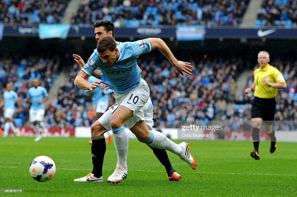 <a gi-track='captionPersonalityLinkClicked' href=/galleries/search?phrase=Edin+Dzeko&family=editorial&specificpeople=4404455 ng-click='$event.stopPropagation()'>Edin Dzeko</a> of Manchester City wins a penalty as he is brought down by Jose Fonte of Southampton under the watchful eye of Referee <a gi-track='captionPersonalityLinkClicked' href=/galleries/search?phrase=Chris+Foy+-+Referee&family=editorial&specificpeople=696483 ng-click='$event.stopPropagation()'>Chris Foy</a> during the Barclays Premier League match between Manchester City and Southampton at Etihad Stadium on April 5, 2014 in Manchester, England.