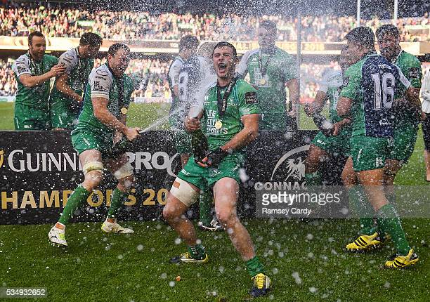 Edinburgh United Kingdom 28 May 2016 Connacht's Robbie Henshaw centre celebrates with teammates following his side's victory in the Guinness PRO12...