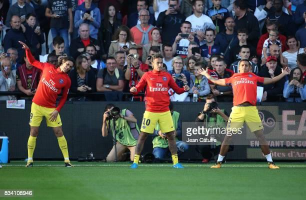 Edinson Cavani Neymar Jr Marquinhos of PSG warm up during the French Ligue 1 match between En Avant Guingamp and Paris Saint Germain at Stade de...