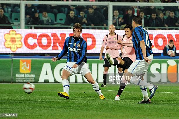 Edinson Cavani of Palermo scores the equalizing goal during the Serie A match between US Citta di Palermo and FC Internazionale Milano at Stadio...