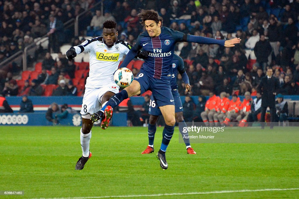 Edinson Cavani of Paris Saint-Germain controls the ball during the Ligue 1 match between Paris Saint-Germain and Angers SCO at Parc des Princes on November 30, 2016 in Paris, France.