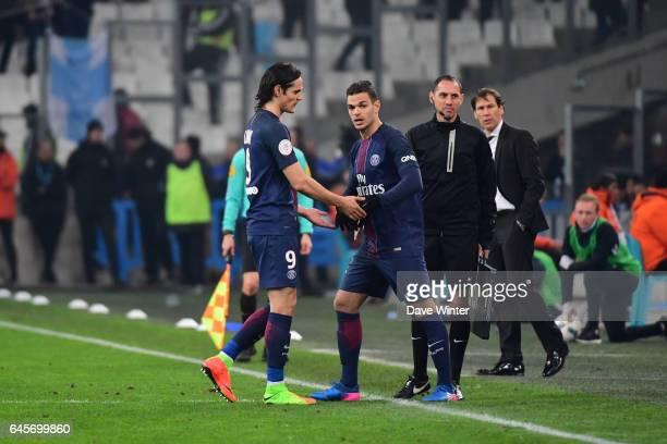 Edinson Cavani of PSG is replaced by Hatem Ben Arfa of PSG during the French Ligue 1 match Marseille and Paris Saint Germain at Stade Velodrome on...
