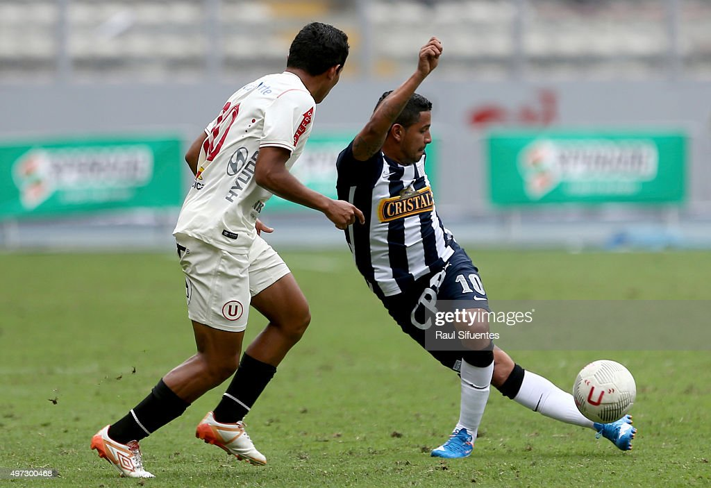 <a gi-track='captionPersonalityLinkClicked' href=/galleries/search?phrase=Edison+Flores&family=editorial&specificpeople=8597891 ng-click='$event.stopPropagation()'>Edison Flores</a> (L) of Universitario struggles for the ball with Reimond Manco (R) of Alianza Lima during a match between Universitario and Alianza Lima as part of seventh round of Torneo Clausura 2015 at Nacional Stadium on November 15, 2015 in Lima, Peru.