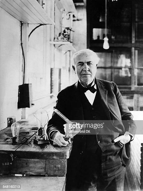 Edison Thomas Alva *11021847 Erfinder Unternehmer USA Entwickelte 1879 die Gluehlampe Halbportrait mit der von ihm entwickelten elektrischen...