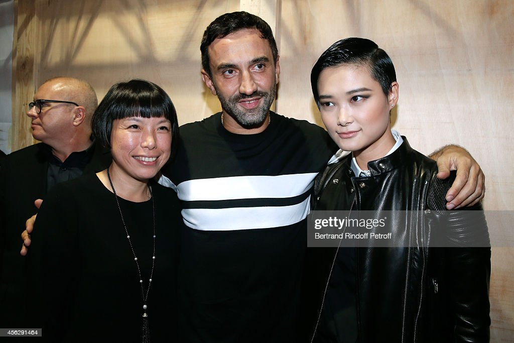 Editorinchief of Vogue China Angelica Cheung Fashion designer Riccardo Tisci and Chinese singer and actor Li Yuchun pose backstage after the Givenchy...