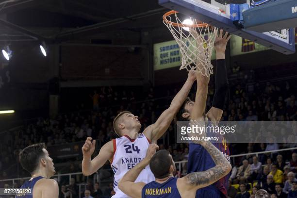 Edo Muric of Anadolu Efes in action against Ante Tomic of Barcelona during the Turkish Airlines Euroleague basketball match between Barcelona and...