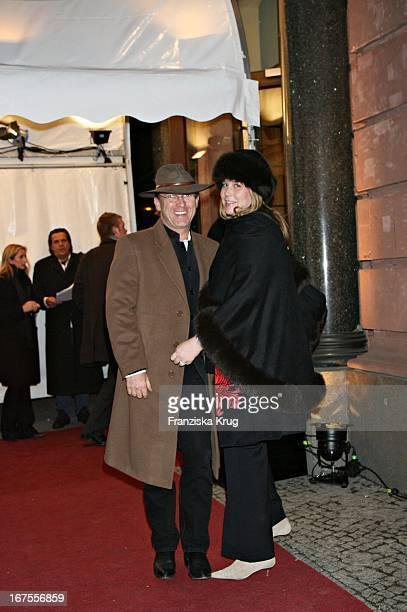 Eduard Carl 'Kalle' Von Bismarck Mit Ehefrau Nathalie Bei Der 'People'S Night' In Der Vw Lounge Im Borchardt Am Rande Der Berlinale Am 100206