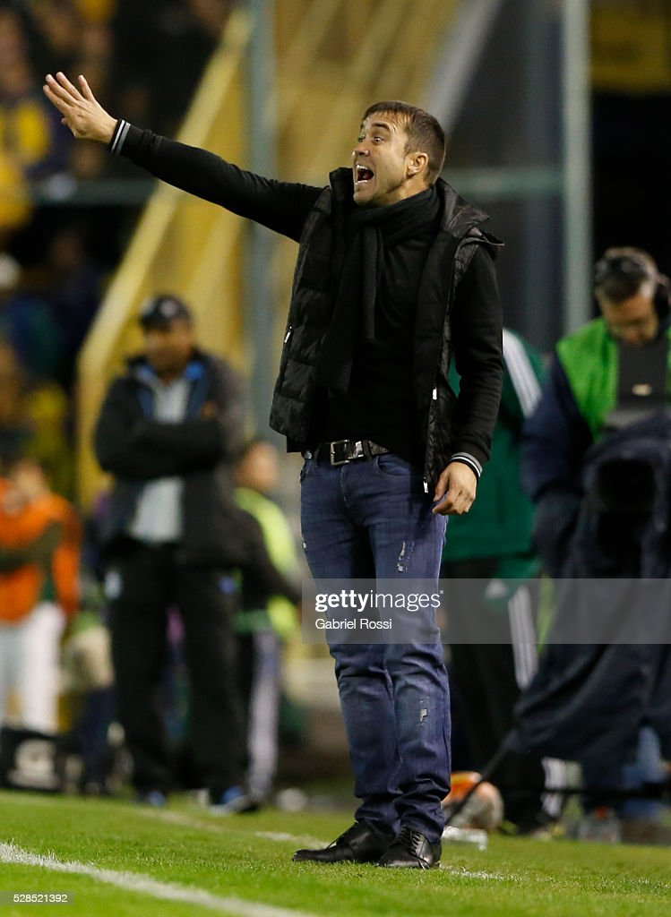 Eduardo Coudet coach of Rosario Central gives instructions to his players during a second leg match between Rosario Central and Gremio as part of Copa Bridgestone Libertadores 2016 as part of round of 16 of Copa Bridgestone Libertadores 2016 at Gigante de Arroyito Stadium on May 05, 2016 in Rosario, Argentina.
