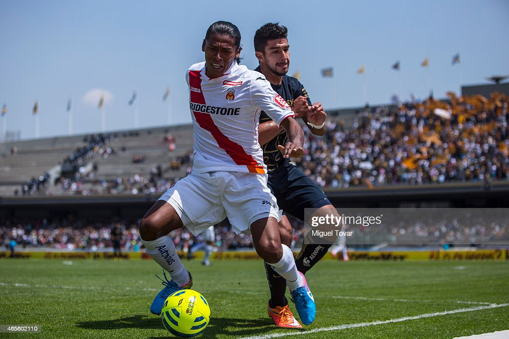 Eduardo Herrera of Pumas fights for the ball with <a gi-track='captionPersonalityLinkClicked' href=/galleries/search?phrase=Joel+Huiqui&family=editorial&specificpeople=875917 ng-click='$event.stopPropagation()'>Joel Huiqui</a> of Morelia during a match between Pumas UNAM and Morelia as part of 9th round Clausura 2015 Liga MX at Olympic Stadium on March 08, 2015 in Mexico City, Mexico.