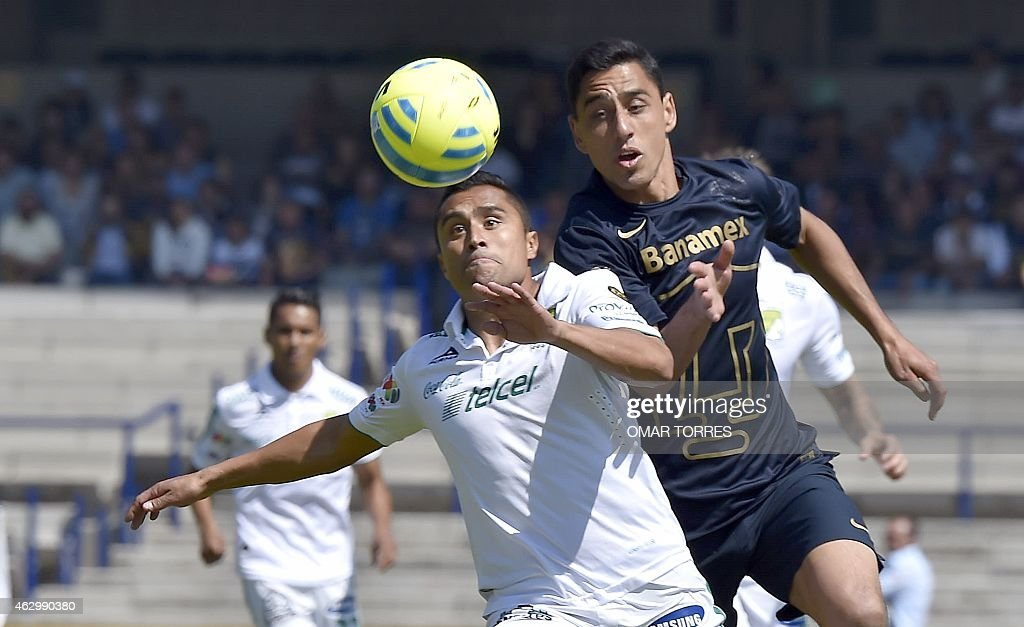 Eduardo Herrera (R) of Pumas vies for the ball with of Edwin Hernandez of Leon during the Mexican Clausura tournament football match at the Olympic stadium on February 08, 2015, in Mexico City.