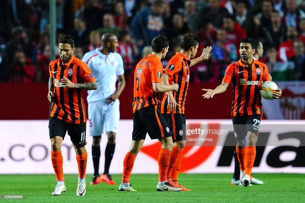 Eduardo (R) of FC Shakhtar Donetsk celebrates with his teammates after scoring their team's opening goal during the UEFA Europa League Semi Final second leg match between Sevilla and Shakhtar Donetsk at Estadio Ramon Sanchez-Pizjuan on May 05, 2016 in Seville, Spain.