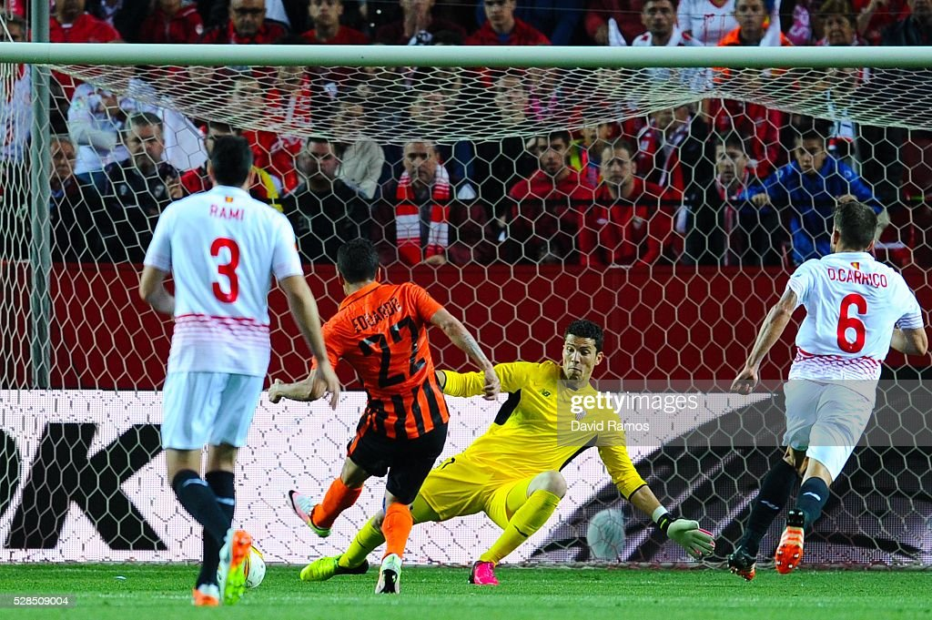 Eduardo (R) of FC Shakhtar Donetsk scores their team's opening goal past David Soria of Sevilla during the UEFA Europa League Semi Final second leg match between Sevilla and Shakhtar Donetsk at Estadio Ramon Sanchez-Pizjuan on May 05, 2016 in Seville, Spain.