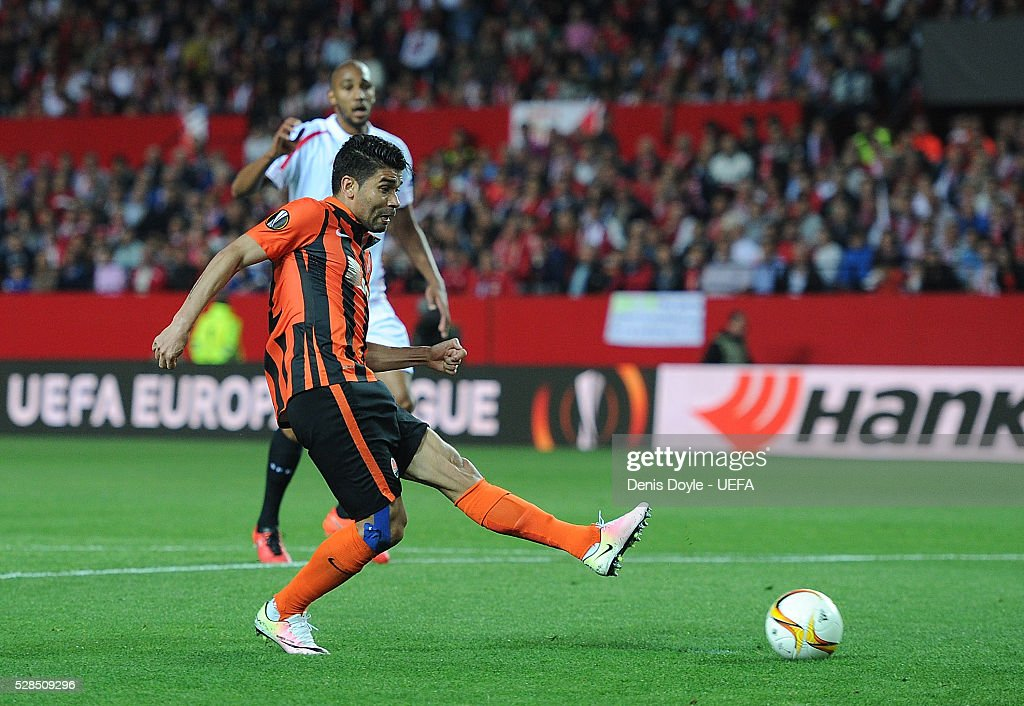 Eduardo of Shakhtar Donetsk scores his team's opening goal during the UEFA Europa League Semi Final second leg match between Sevilla and Shakhtar Donetsk at the Sanchez Pizjuan stadium on May 5, 2016 in Seville, Spain.