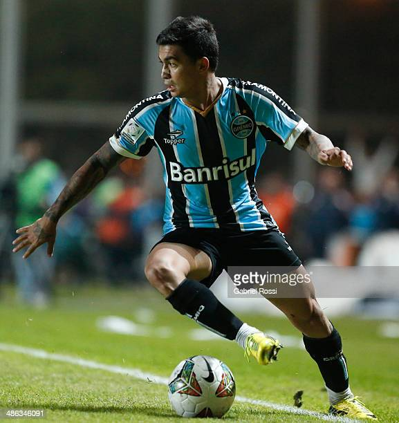 Eduardo Pereira Rodrigues of Gremio drives the ball during a match between San Lorenzo and Gremio as part of round of sixteen of Copa Bridgestone...