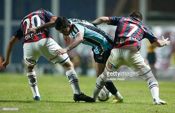 Eduardo Pereira Rodrigues of Gremio fights for the ball with Julio Buffarini of San Lorenzo during a match between San Lorenzo and Gremio as part of...