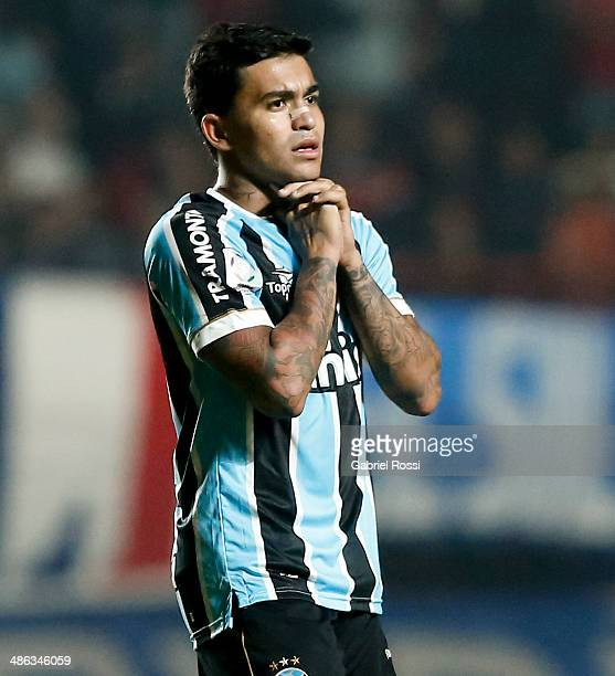 Eduardo Pereira Rodrigues of Gremio looks dejected during a match between San Lorenzo and Gremio as part of round of sixteen of Copa Bridgestone...