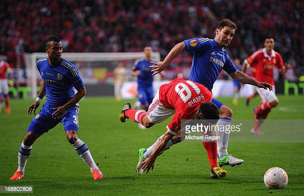 Eduardo Salvio of Benfica is closed down by Branislav Ivanovic of Chelsea and Ashley Cole of Chelsea during the UEFA Europa League Final between SL...