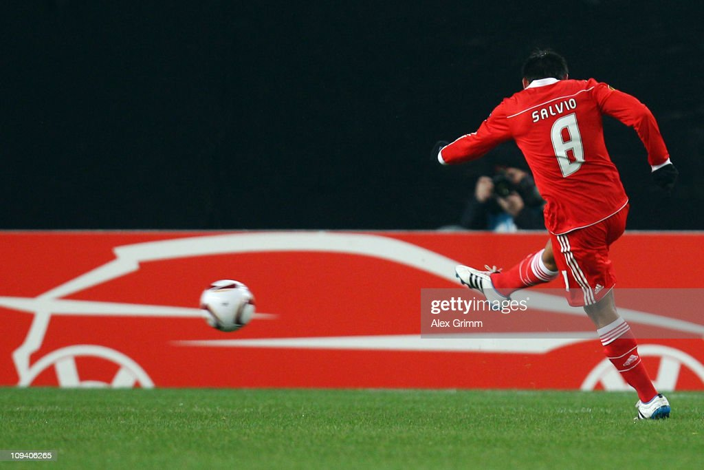 <a gi-track='captionPersonalityLinkClicked' href=/galleries/search?phrase=Eduardo+Salvio&family=editorial&specificpeople=5670924 ng-click='$event.stopPropagation()'>Eduardo Salvio</a> of Benfica scores his team's first goal during the UEFA Europa League match round of 32 second leg between VfB Stuttgart and Benfica at Mercedes-Benz Arena on February 24, 2011 in Stuttgart, Germany.