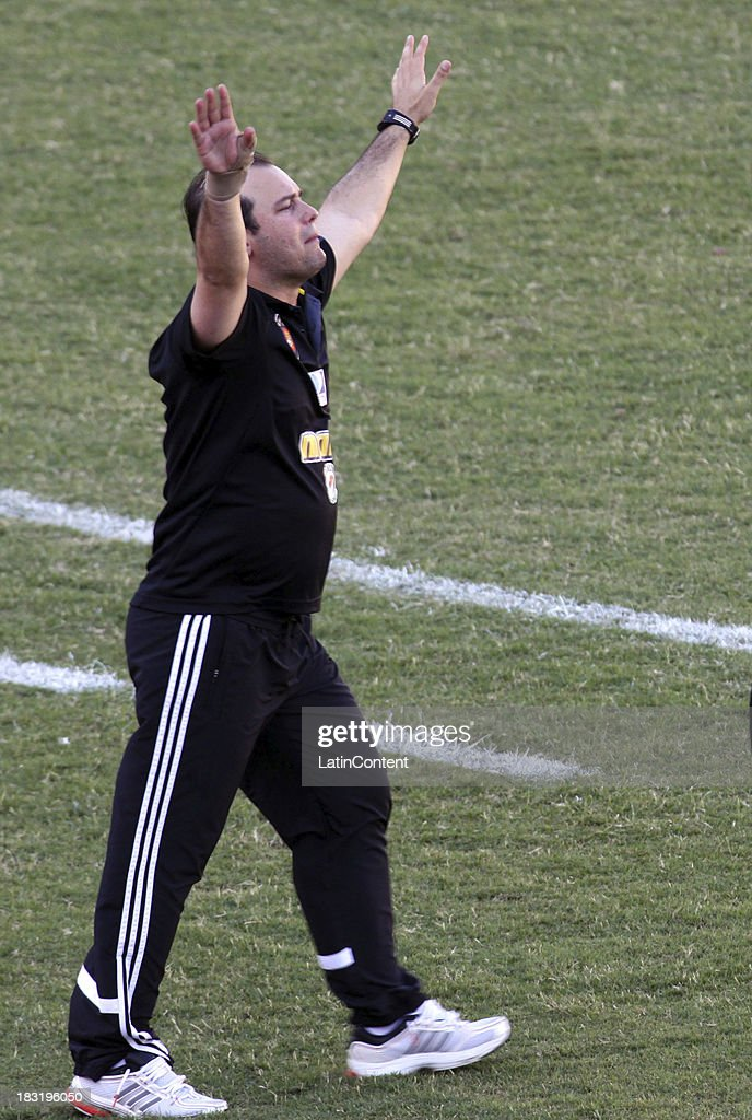 Eduardo Sarago, coach of Caracas FC during a match between AC Mineros de Guayana and Caracas FC as part of the Apertura 2013 at Cachamay Stadium on October 5, 2013 in Puerto Ordaz, Venezuela.