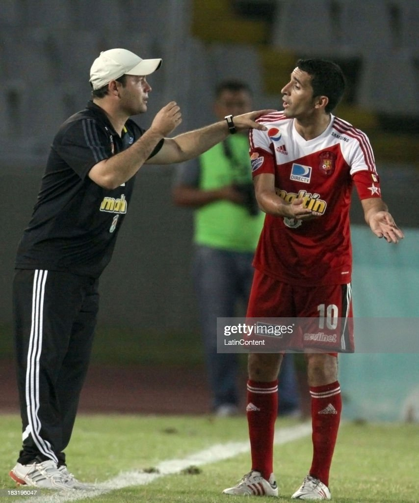 Eduardo Sarago, coach of Caracas FC gives instructions to Roberto Armua during a match between AC Mineros de Guayana and Caracas FC as part of the Apertura 2013 at Cachamay Stadium on October 5, 2013 in Puerto Ordaz, Venezuela.