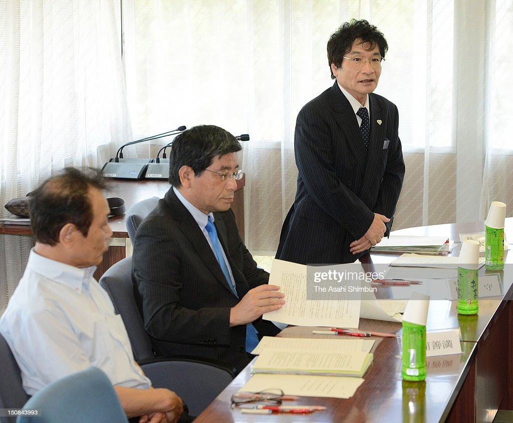Education critic Naoki Ogi (R) speaks at the beginning of first meeting at independent investigation committee, set up after a 13-years-old suicide due to bullying at school, at Otsu City Hall on August 25, 2012 in Otsu, Shiga, Japan.
