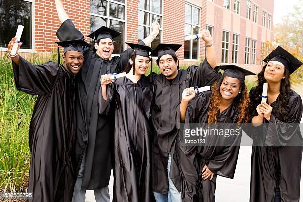 Educaton: Des groupes d'amis heureux après de remise de diplômes. Diplômes.