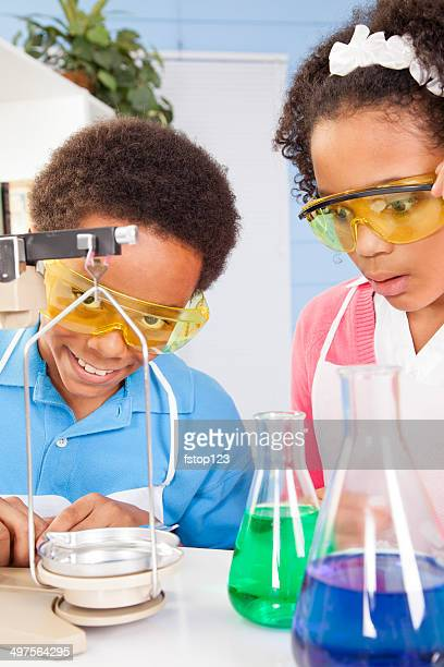 Bildung: Elementary Studenten in Chemieunterricht Durchführung ein experiment.